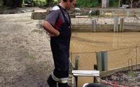 Schmutzwasser und Schlamm in Fischweihern